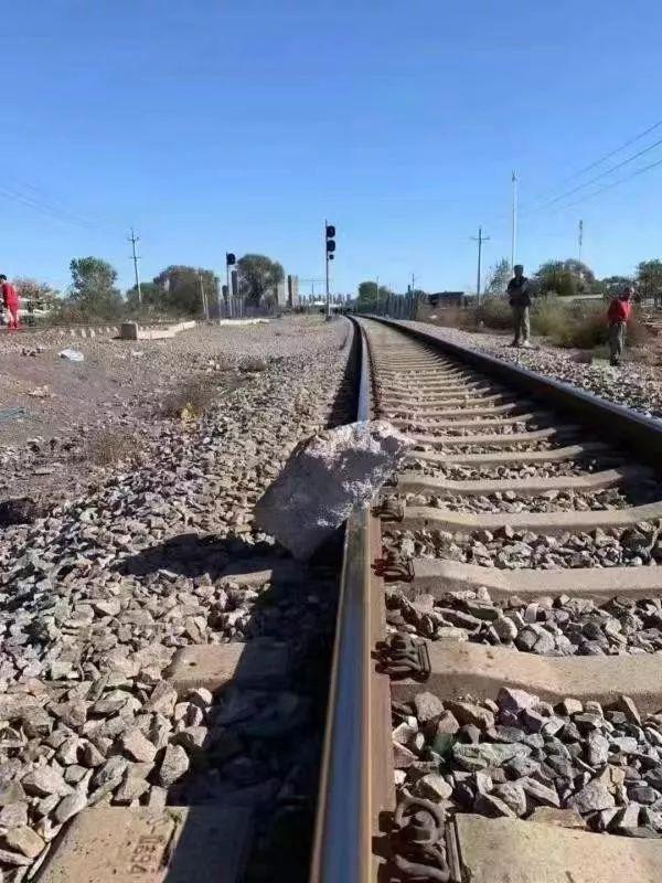 醉汉将百斤重大石推上铁轨,79岁大爷一路狂奔救下一列火车