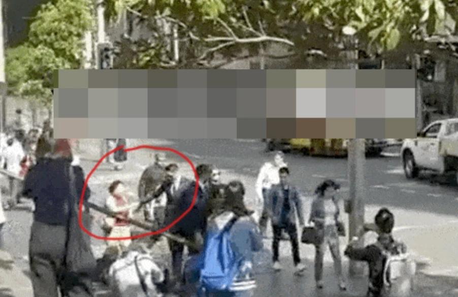 高云翔法庭外与粉丝握手互动,庭审首度落泪原因曝光
