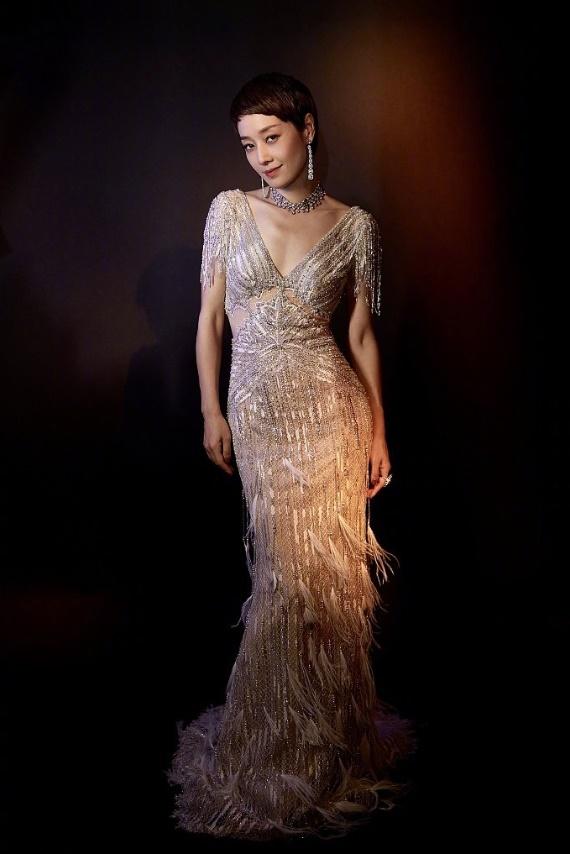 马伊琍复古羽毛裙造型曝光,气质独特显风姿,真是太美了!